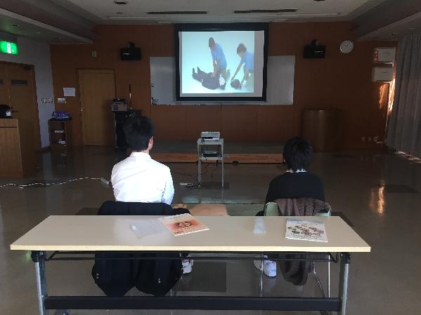 普通救命講習を受講中の中学生1