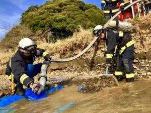取水準備をする消防隊