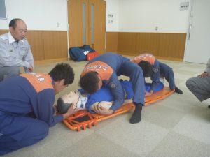 救急隊の指導のもと担架に収容