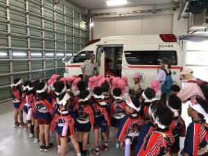 救急車のお話を聞いている園児たち