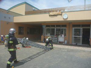 消防訓練を披露し先生を救出しました