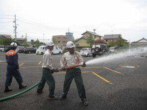 消防活動訓練 ホース延長後、火点に放水