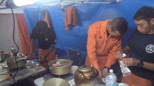 テントや食事を自隊のみで完結させる野営訓練