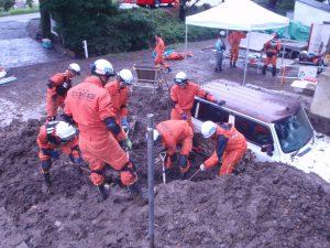重機や器具を使い救出活動を行う