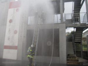 要救助者を2階から1階へ救出開始