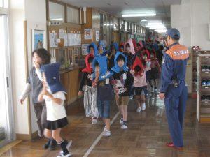 教室から運動場へ避難