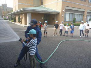児童と消防署員による放水体験