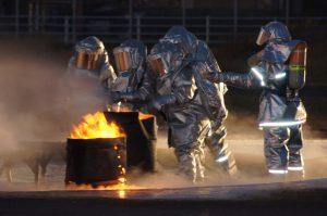 耐熱服を着装し航空機火災に対応する隊員