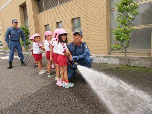 放水体験をする園児