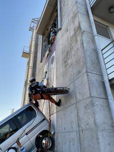 要救助者を担架に収容して引揚救出中です。