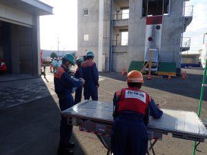 訓練指揮者はオレンジのヘルメット、安全管理者は緑のヘルメットを着用。