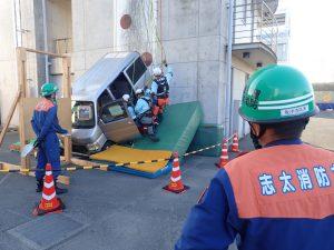 車両転落現場に救急救命士を投入し、救助隊と協力して活動しています。
